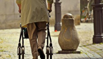 Rollator - Gehhilfe für alte Menschen