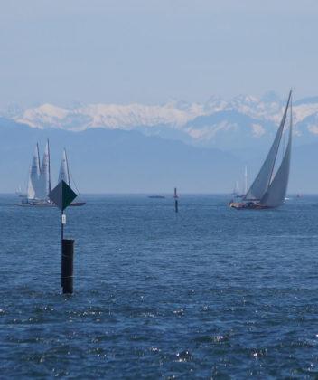 Alpenpanorama von Konstanz am Bodensee mit Segelbooten und Schiffen