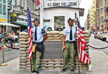 Ausflug nach Berlin für Rentner Senioren und Penionäre - Sehenswürdigkeiten - Checkpoint Charly - US Army Checkpoint
