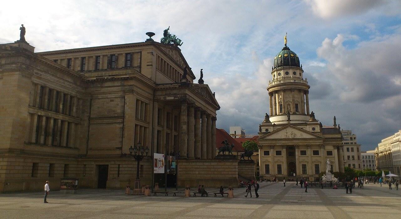 Ausflug nach Berlin für Rentner Senioren und Penionäre - Sehenswürdigkeiten - Konzerthaus und Französischer Dom am Gendarmenmarkt in Berlin