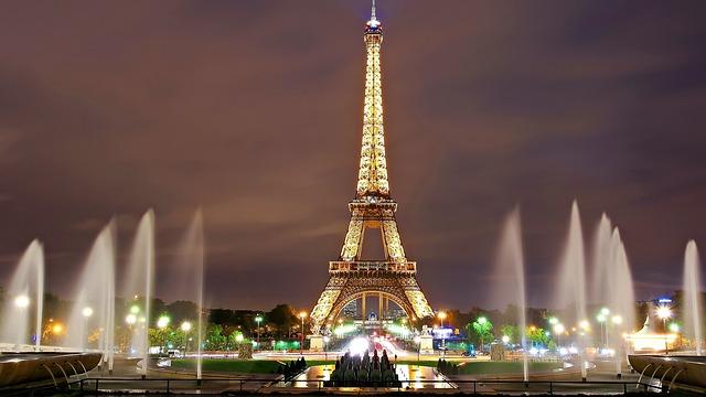 Eifelturm Paris bei Nacht - Sehenswürdigkeiten beliebter Städte in Europa