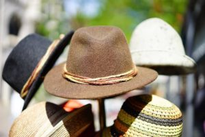 Kopfbekleidung schützt vor Hitzschlag - Hitze im Sommer für Senioren
