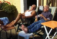 Rentner und Senioren - Ruhestand - Faul - Pascha - Couch - Besserwisser - Ehe und Beziehung steht auf einmal vor einer neuen Herausforderung - Couch und Computer statt Ausflug und Reisen