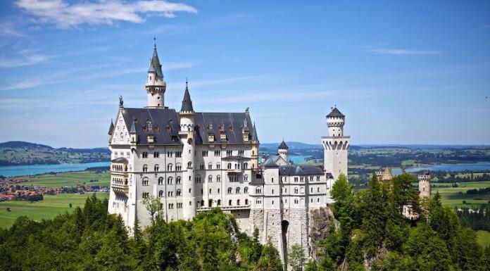 Senioren Rentner Urlaub Reisen Allgaeu - Fuessen - Schloss Neuschwandstein im Fruehling und Sommer