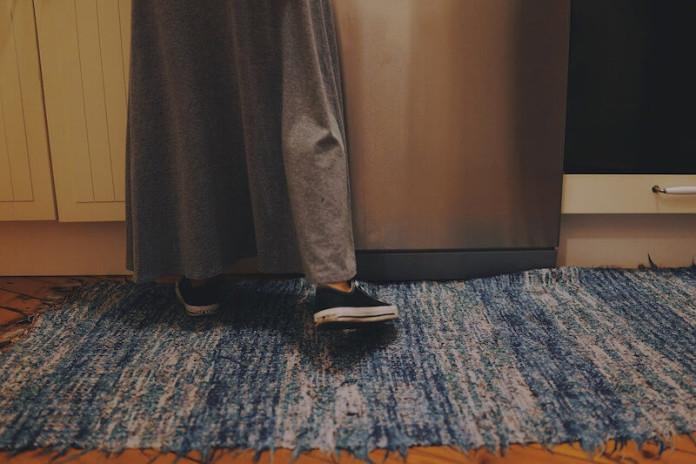Senioren und Rentner - Stolperfalle Teppich - Stolperfallen in der Wohnung